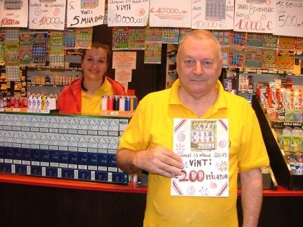 Franco Malinconi titolare della ricevitoria mostra la copia del tagliando vincente