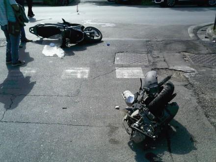 """Lo scooter """"tagliato"""" dalla scontro"""