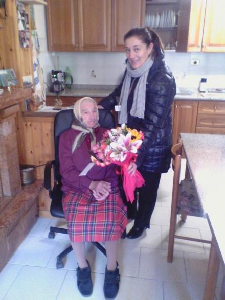 La signora Mariantonia riceve gli auguri dal vicesindaco Monica Roso