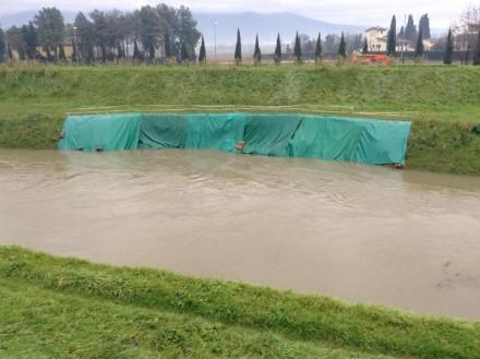 La frana di 25 metri opportunamente telonata sull'argine del Bisenzio a Capalle, il livello si riferisce alle ore 14.30 di oggi. Foto scattata dalla Misericordia di Campi Bisenzio