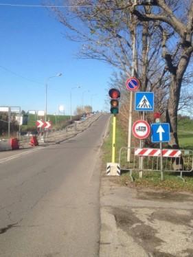 Il semaforo sul ponte di via Einstein