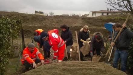 Intervento sull'argine lato via erbosa, con Volontari e persone che sono venute a dare una mano