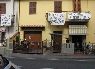 La protesta silenziosa degli abitanti di via dei Confini.